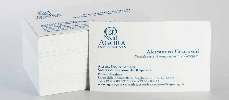 Biglietto da visita Agora: Stampa: 1 pantone Carta: Splendorgel Extra White da 340 gr lavorazioni: rilievo termico